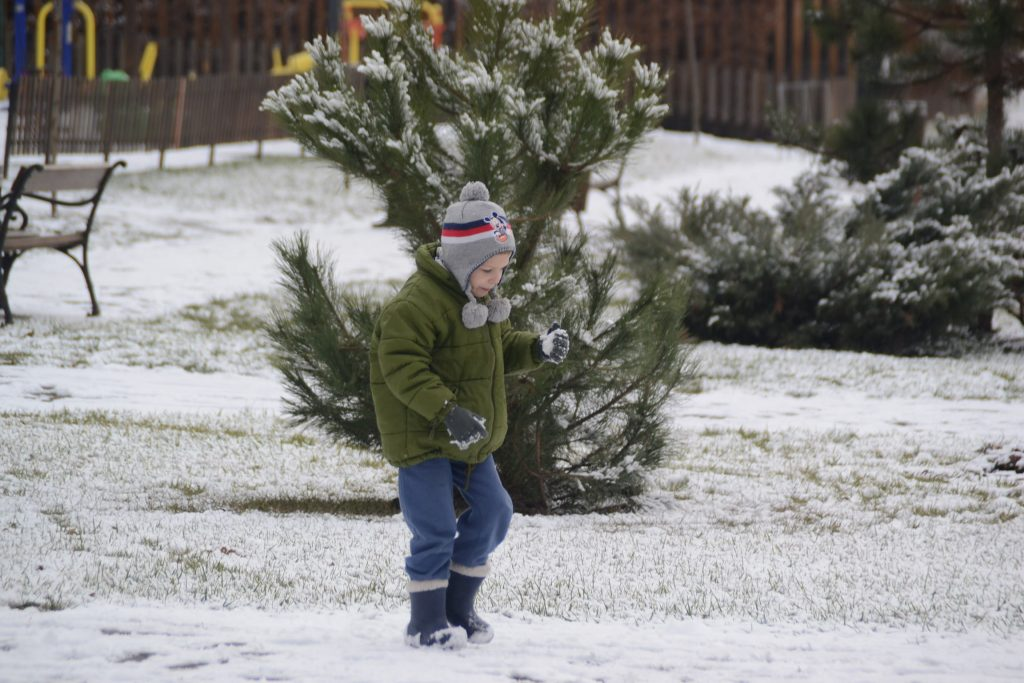 Dacă tot ninge, puteţi scoate copiii în parc la joacă